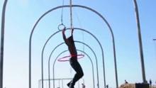腰力惊人!美国男子转呼啦圈玩吊环创世界纪录