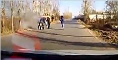 老人救火不知大衣被引燃 过路司机上前施救