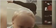 妈妈在练瑜伽 宝宝来抢镜