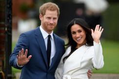 哈里王子与女友订婚后现身 笑容甜腻
