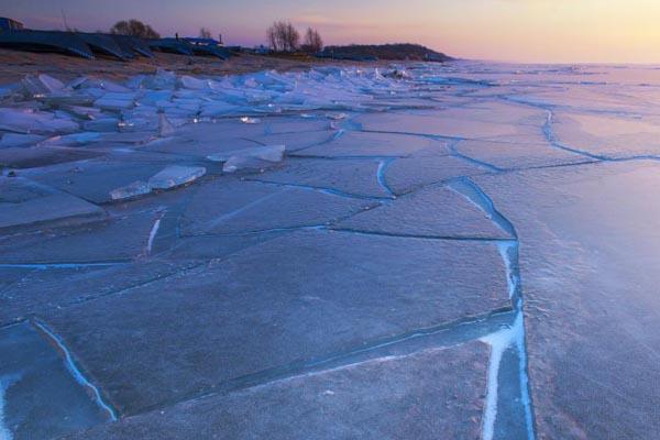 黑龙江一湖畔提前封冻 隆起冰块晶莹剔透