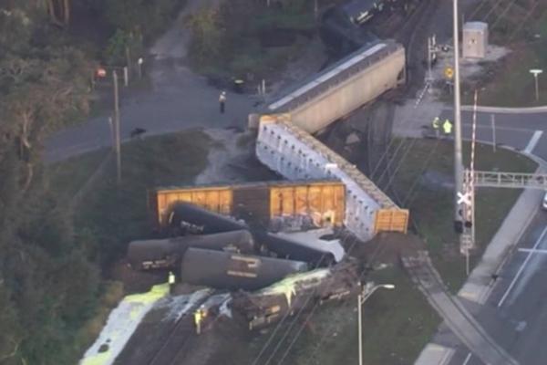 佛州货运火车脱轨 超过3000加仑液体硫磺泄漏