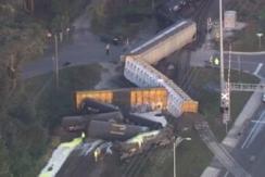 美货运火车脱轨 超3千加仑液体硫磺泄漏