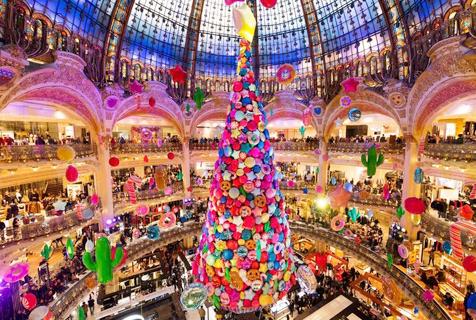 巴黎百货商店展巨大圣诞树 华丽炫目