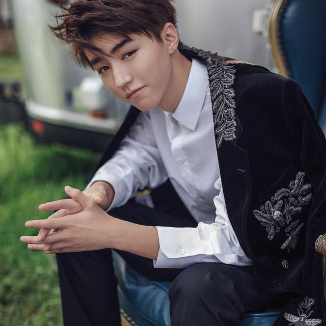 王俊凯身穿牛仔外套大玩叠搭秀,网友:长大后的他更会穿衣了