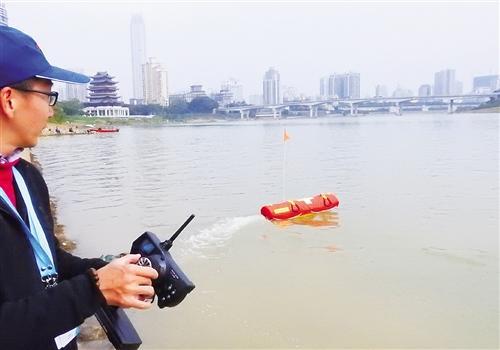 水上救生遥控机器人亮相南宁 一次能救4个落水者