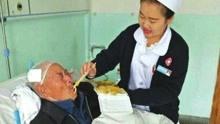 流浪老人受伤医院悉心救治