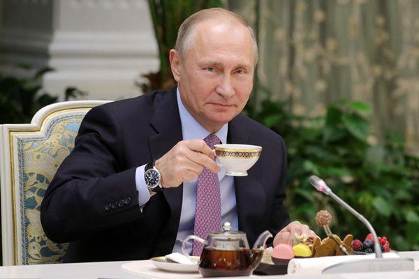 普京与俄年度竞赛获奖家庭共同进餐 喝茶品美食津津有味