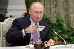 普京与俄年度竞赛获奖家庭共同进餐