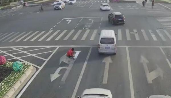 嫌路堵给左转道P上直行箭头!江苏男子擅自涂改交通标线被罚