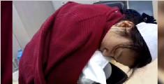 美女护士下班趴椅子上睡着 高难度睡姿让人心疼