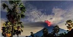 印尼将巴厘岛火山喷发预警提至最高级别 机场临时关闭