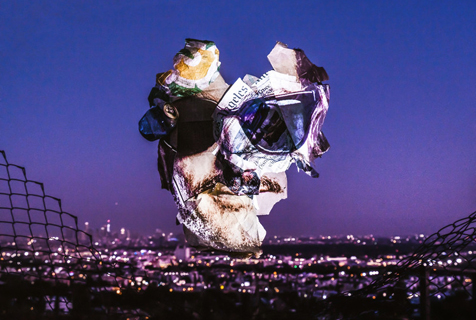 艺术家创作垃圾上的人脸肖像呼吁环保