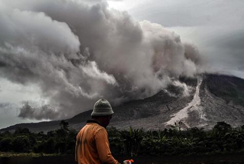 印尼锡纳朋火山喷发宛如末日降临