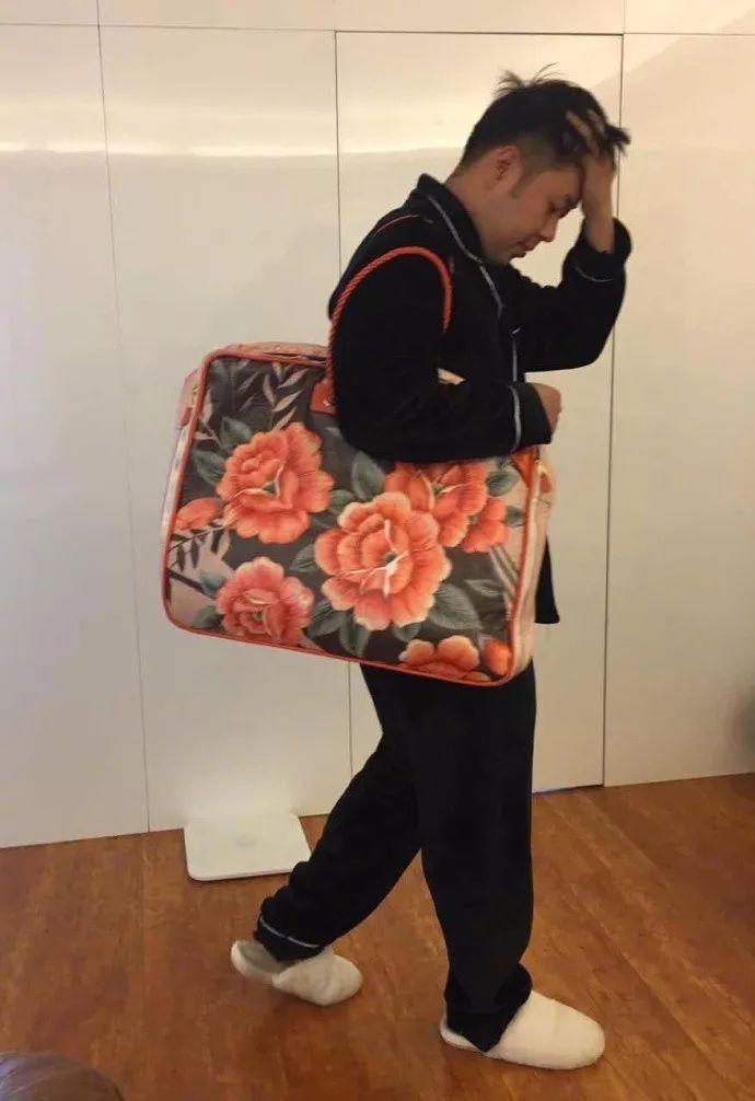 这只包,没点高级时尚感你还真的驾驭不了它。