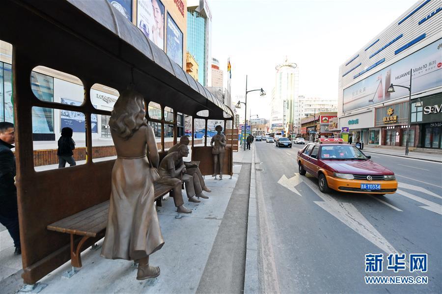 长春:路边雕塑扮靓城市街景