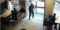 外卖小哥撞碎餐厅玻璃门