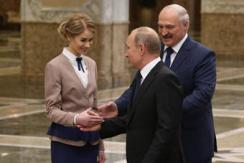 普京抵达白俄罗斯与礼仪握手一幕