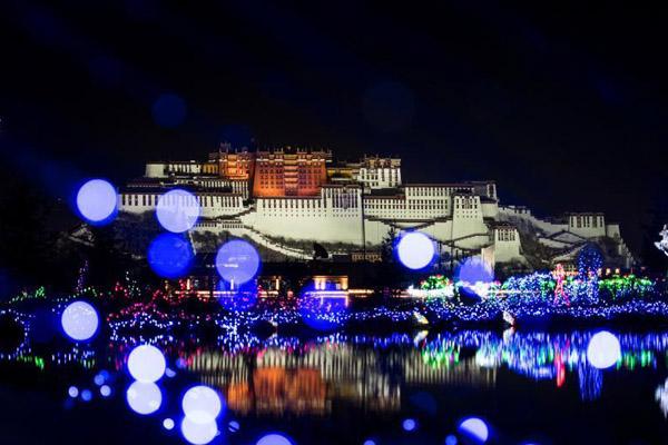 西藏拉萨灯光节演绎高海拔光影盛宴