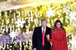 特朗普牵手梅拉尼娅 点亮白宫圣诞树