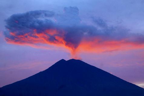 巴厘岛阿贡火山持续喷发 升腾蘑菇云