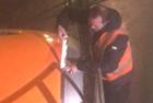 工程师用胶带修补飞机引擎