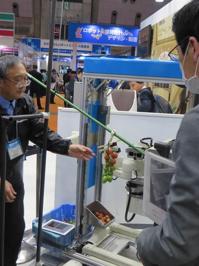 国际机器人展东京开幕 叠衣服搬重物机器人来了