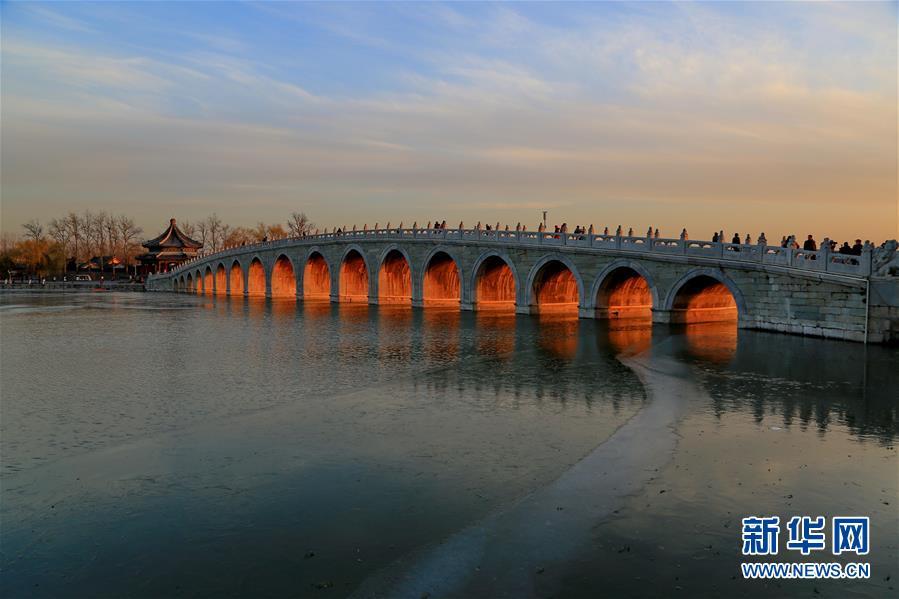 """北京颐和园十七孔桥现""""金光穿洞""""美景"""