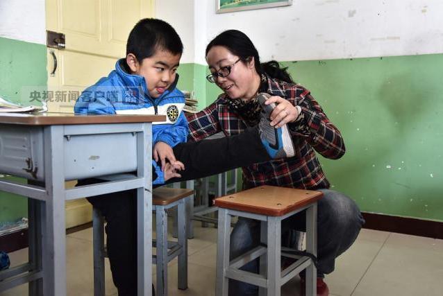 感动!最美女教师4年跪地千次照顾患病学生