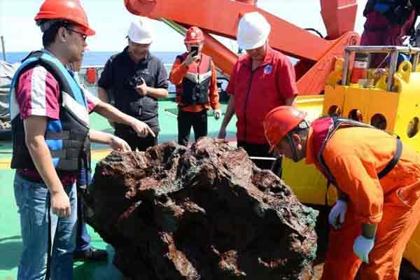 """""""向阳红01""""科考船破纪录采到3吨重硫化物"""