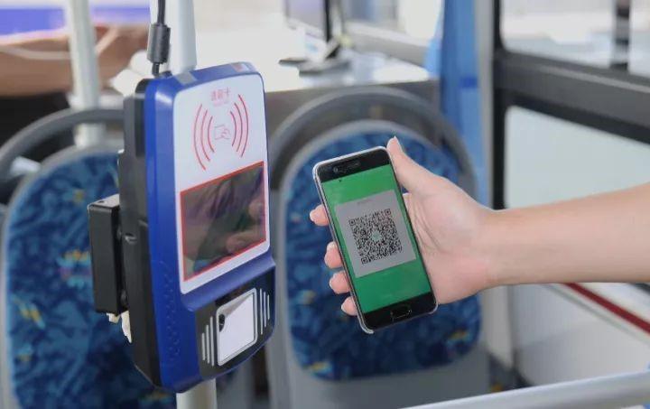 智慧交通新场景 我国首辆智能驾驶公交可扫码乘车