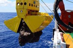 """""""向阳红01""""科考船采集到3吨硫化物"""