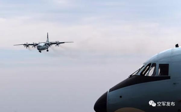 空军运9机群奔袭数千公里抵南海岛礁空投演练
