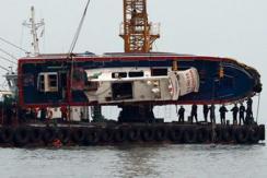 韩国渔船翻覆事故 失事船身被打捞上岸