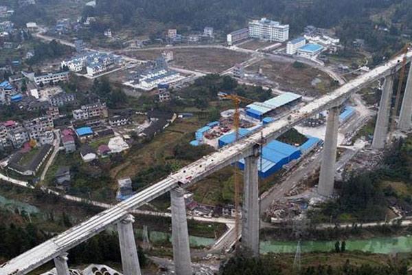 黔张常铁路建设进展顺利