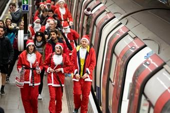 伦敦慈善跑 男女老少圣诞装穿越地铁