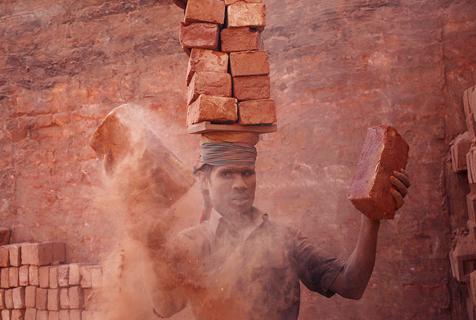 孟加拉砖厂工人在尘土中赚微薄薪水