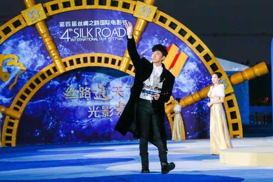 古巨基电影节献唱《明星》与景甜成龙王力宏自拍