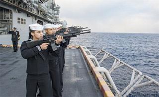 美两栖舰大西洋上举行海葬仪式
