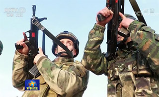 中俄反恐演练俄队员试射95步枪