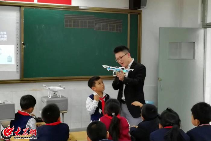 """变身""""小机长"""" 汇波小学开展无人机科普体验课程"""