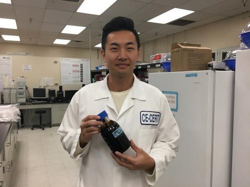 中国侨网河滨加大华裔教授蔡苗子发明专利技术,将植物转换成可燃油、酒精、煤炭,日前被福布斯杂志评选为2017全美新能源领域30名30岁以下杰出人物之一。(美国《世界日报》/启铬摄影)
