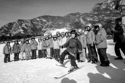 上百滑雪爱好者延庆试身手 6岁滑雪神童当教练