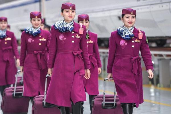 西成高铁首发乘务组亮相