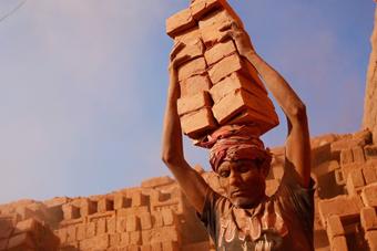 头顶重物肩负人生 走进孟加拉搬砖工的艰苦生活