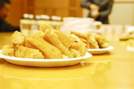 油条是深受上海市民喜爱的早餐美食之一 /晨报记者 朱影影
