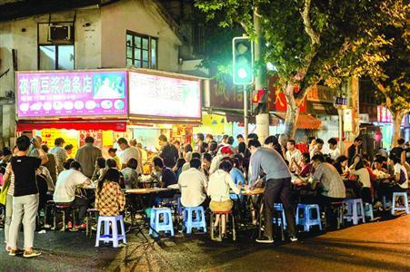 """2013年6月10日22时,众多食客在霍山路203号""""阿文夜市豆浆油条""""店享用点心。 /晨报记者 任国强"""
