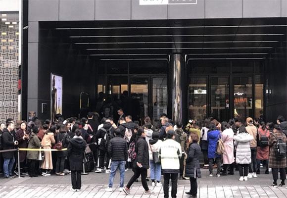 韩国免税店外再现中国游客40米长队