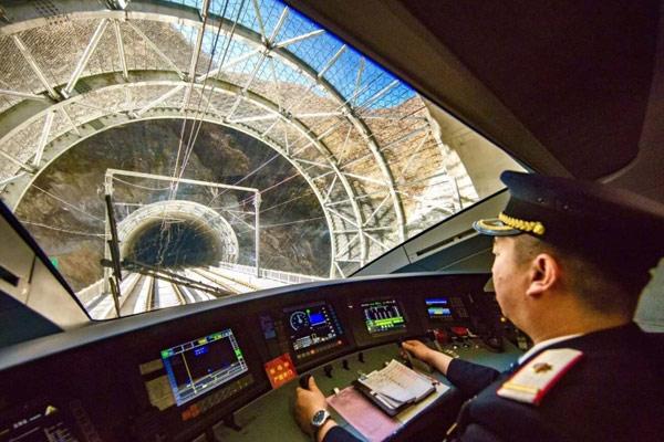 西成高铁开通运营 让我们带你穿越秦岭