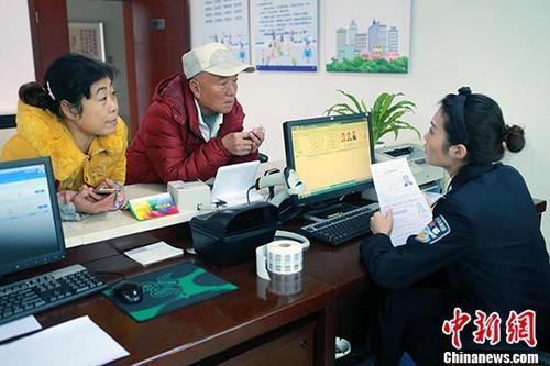 中国侨网资料图:民警为市民办理相关证照。中新社记者 王磊 摄